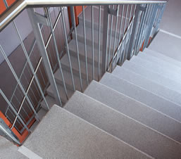 Pulire alla perfezione i gradini di una scala in cemento
